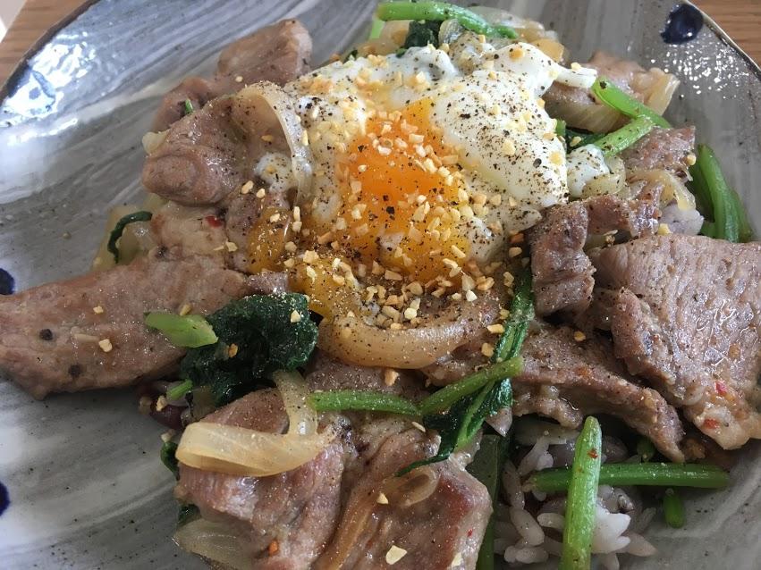 豚小松菜のアジアン炒め温玉のせ丼